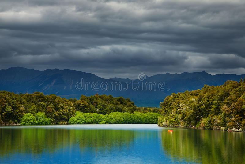 Lago Manapouri, Nueva Zelandia imagen de archivo