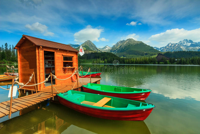 Lago maravilhoso da montanha no parque nacional Tatra alto, Strbske Pleso, Eslováquia fotos de stock royalty free