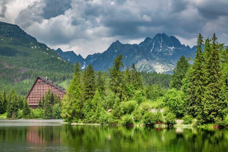 Lago maravilloso de la montaña en Strbske Pleso en Eslovaquia fotografía de archivo libre de regalías