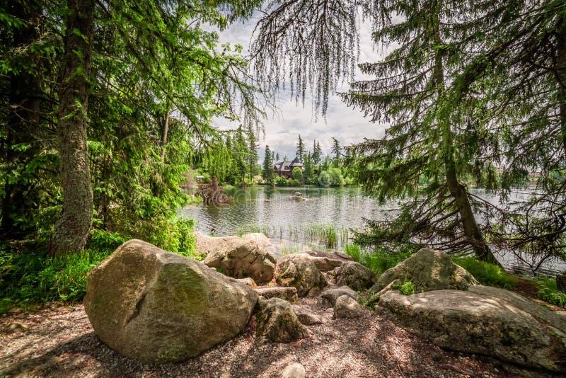 Lago maravilloso de la montaña en Strbske Pleso en montañas del theTatra imagenes de archivo