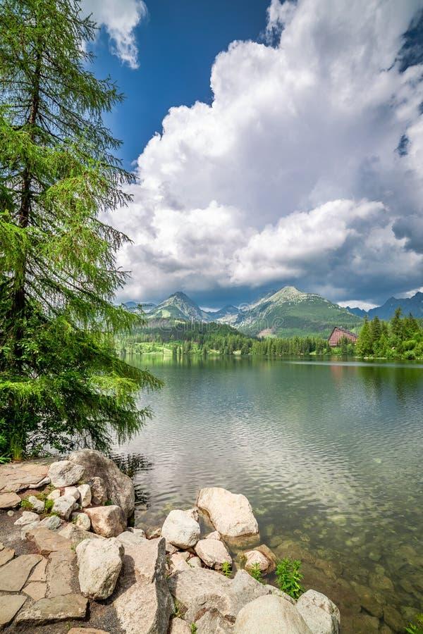 Lago maravilloso de la montaña en Strbske Pleso en verano fotos de archivo libres de regalías