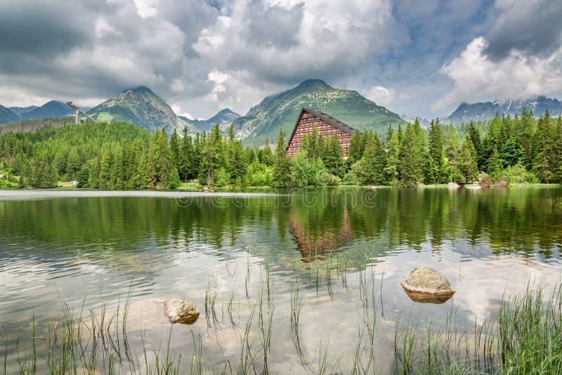 Lago maravilloso de la montaña en Strbske Pleso en verano, Eslovaquia imagenes de archivo