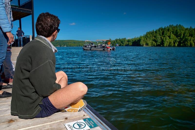 Lago Massawippi, Quebec, Canadá -- 8 de septiembre de 2018: el individuo joven aguarda sentarse en el transbordador del embarcade fotos de archivo libres de regalías
