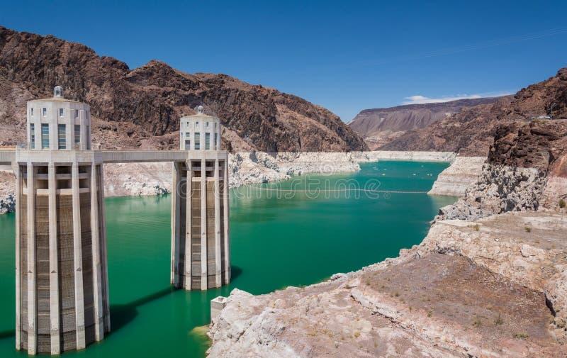 Lago Mead Reservoir e torres da entrada da barragem Hoover imagens de stock royalty free