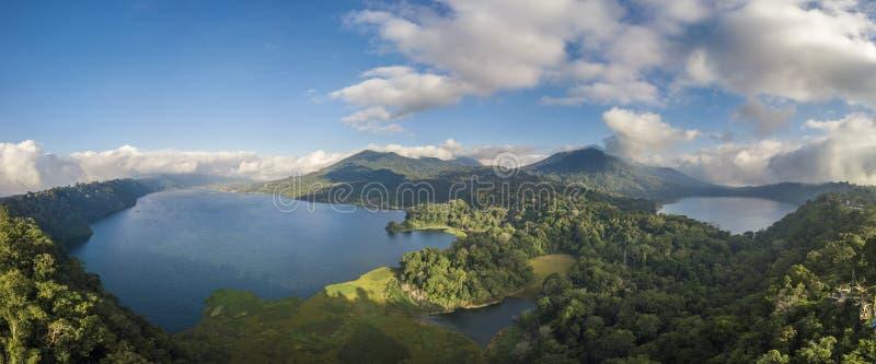 Lago in mezzo alle montagne di Bali fotografia stock libera da diritti