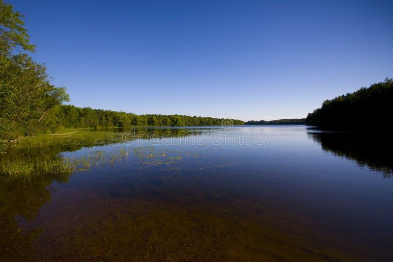 Lago Minnesota no azul imagens de stock