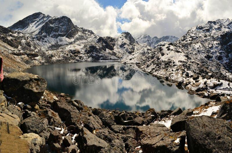 Lago mirror de Gosainkunda, Himalayas, Nepal fotografia de stock royalty free
