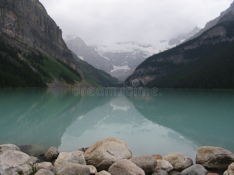 Lago mirror nel Canada (Lake Louise) fotografia stock