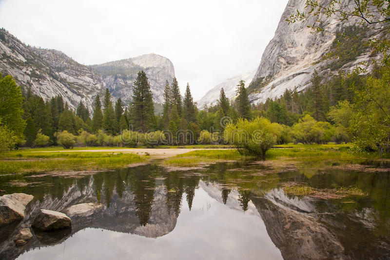 Lago mirror nella sosta nazionale del Yosemite immagine stock