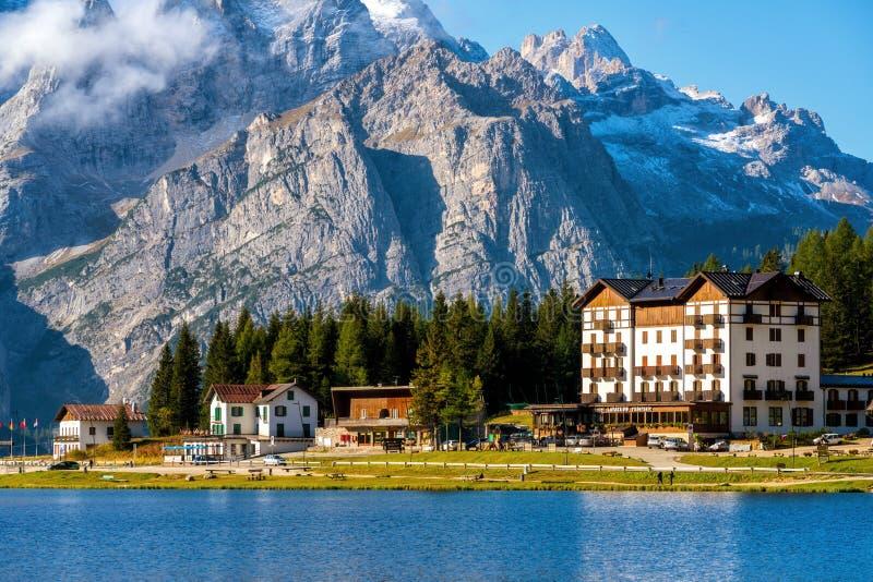 Lago Misurina com a montanha das dolomites em Itália foto de stock