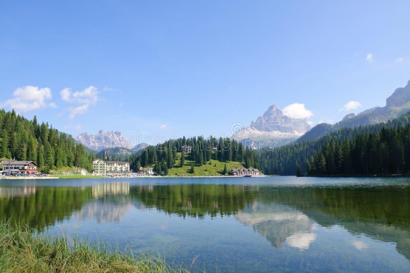 Lago Misurina e Tre Cime di Lavaredo - dolomia immagini stock