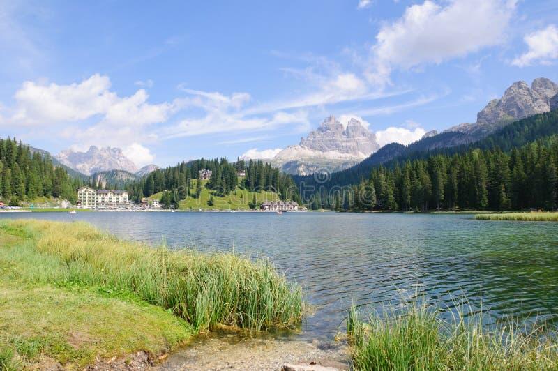 Lago Misurina e Tre Cime di Lavaredo - dolomia fotografie stock libere da diritti