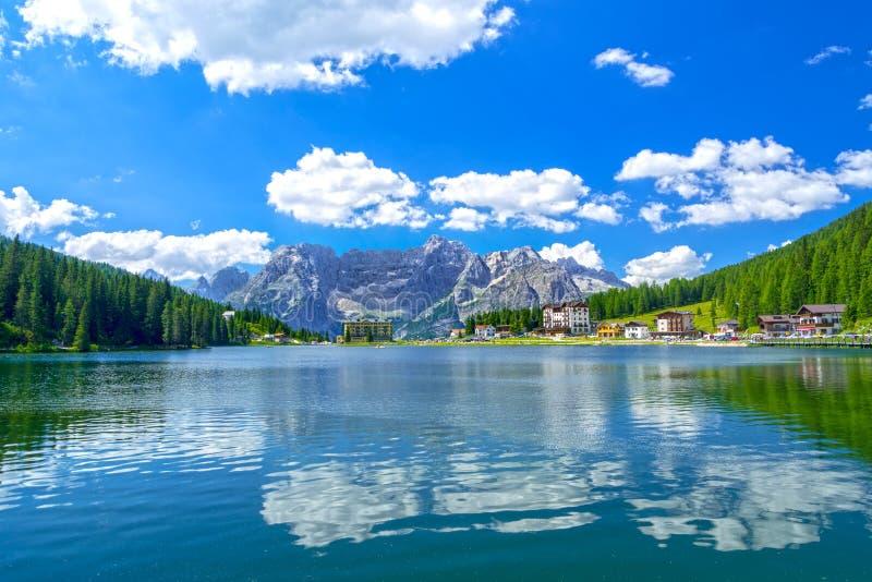 Lago Misurina no verão, Itália imagens de stock