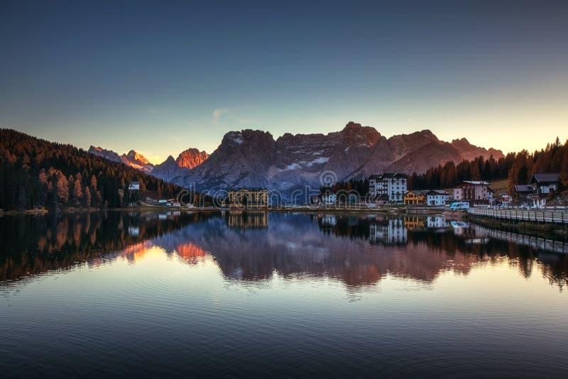 Lago Misurina, sulle alpi italiane delle dolomia vedute al tramonto Sorap fotografia stock libera da diritti