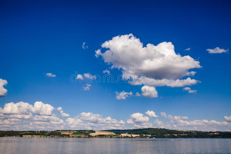 Lago Mjosa Oppland Noruega imagens de stock