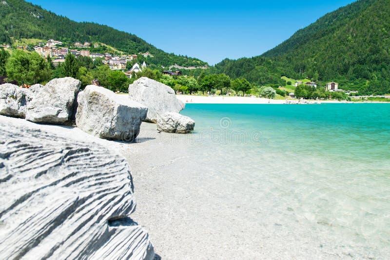 Lago Molveno, eleito a maioria de lago bonito em Itália imagem de stock royalty free