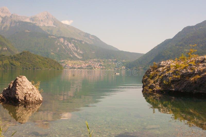 Lago Molveno, nos cumes fotos de stock royalty free