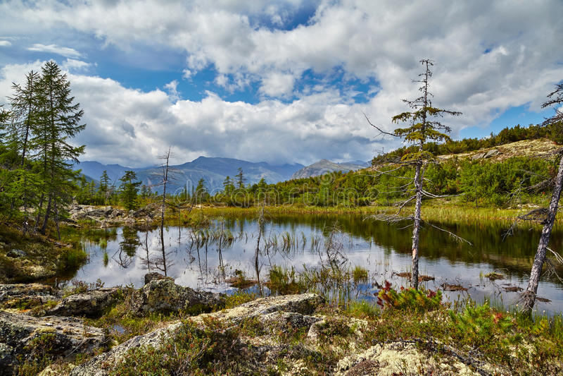 Lago in montagne kolyma immagine stock