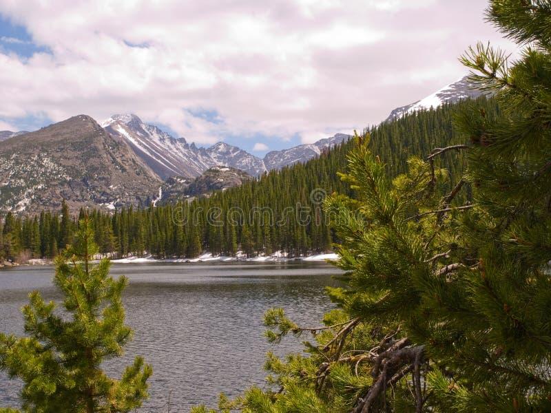 Lago in montagne rocciose fotografia stock libera da diritti