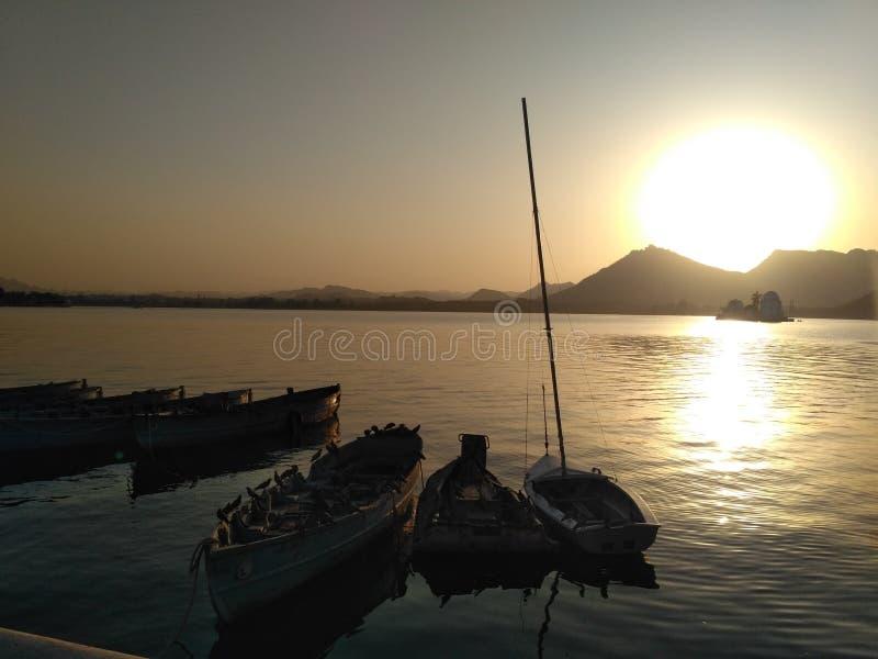 Lago, monte, por do sol, água, barco fotos de stock royalty free