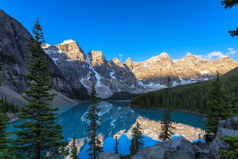 Lago moraine ad alba fotografia stock libera da diritti