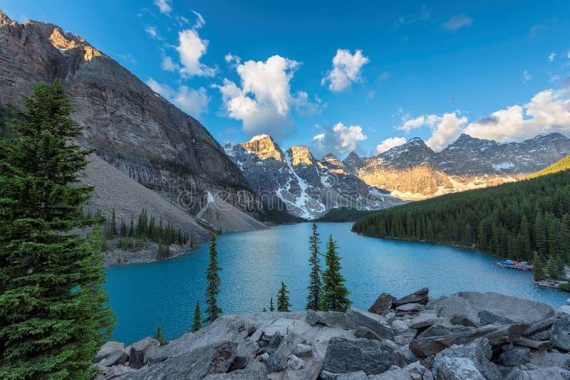 Lago moraine ad alba nel Canada fotografie stock libere da diritti
