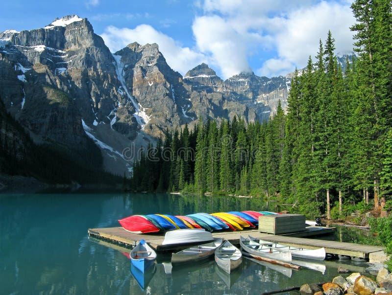 Lago moraine con las canoas fotos de archivo libres de regalías