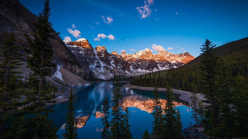 Lago moraine em Banff, Alberta, Canadá imagem de stock royalty free