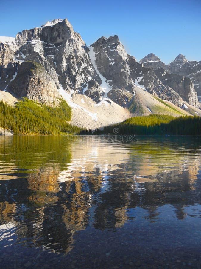 Lago moraine em Montanhas Rochosas canadenses fotos de stock royalty free