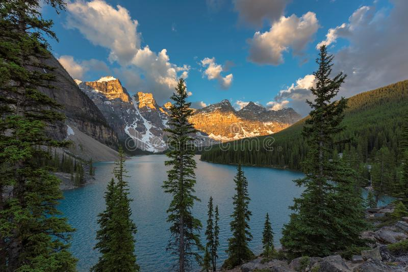 Lago moraine en la salida del sol en el parque nacional de Banff, montañas rocosas canadienses imágenes de archivo libres de regalías