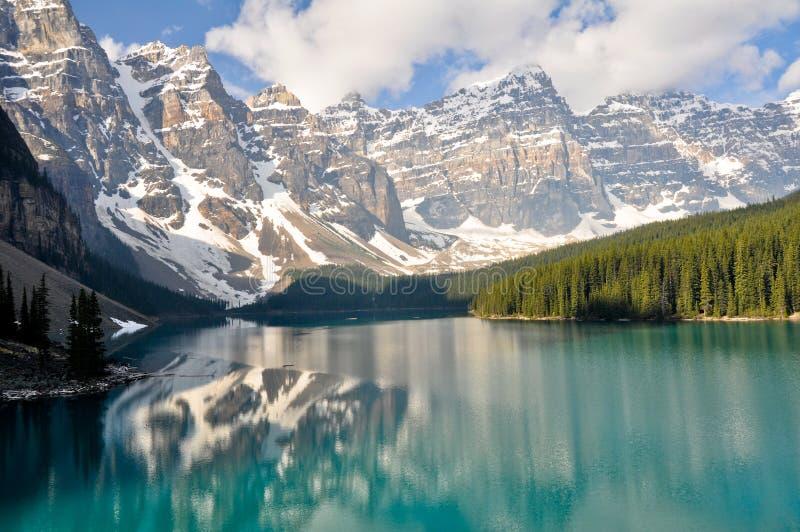 Lago moraine, montañas rocosas, Canadá foto de archivo