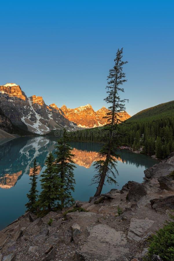 Lago moraine no nascer do sol no canadense Montanhas Rochosas imagem de stock royalty free