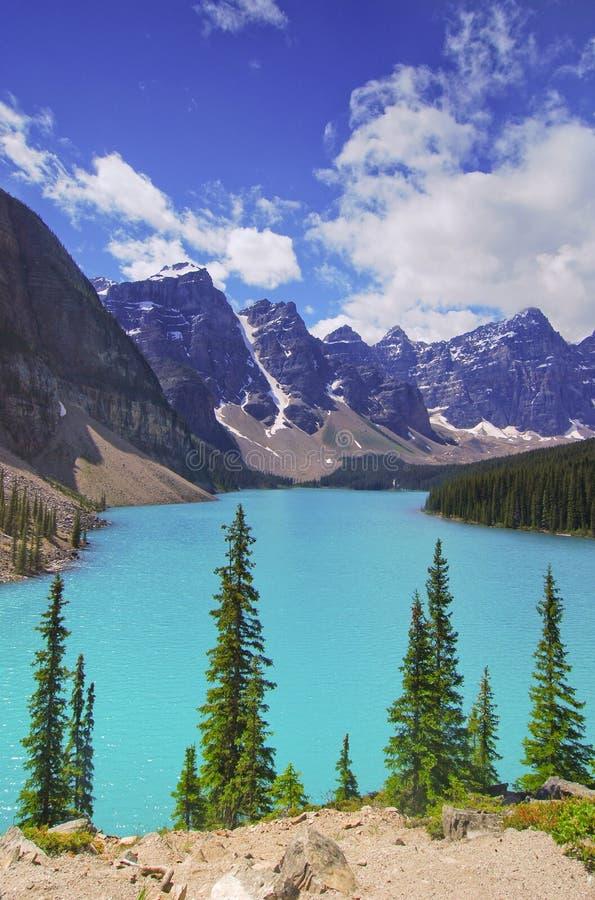 Lago moraine y el valle de los diez picos imagen de archivo