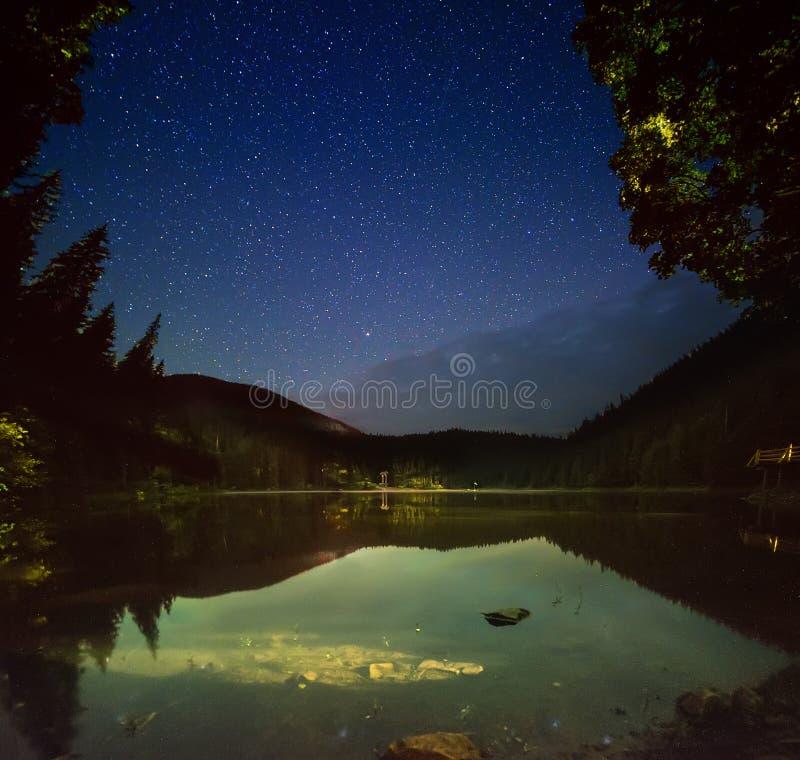 Lago mountain alla notte fotografie stock