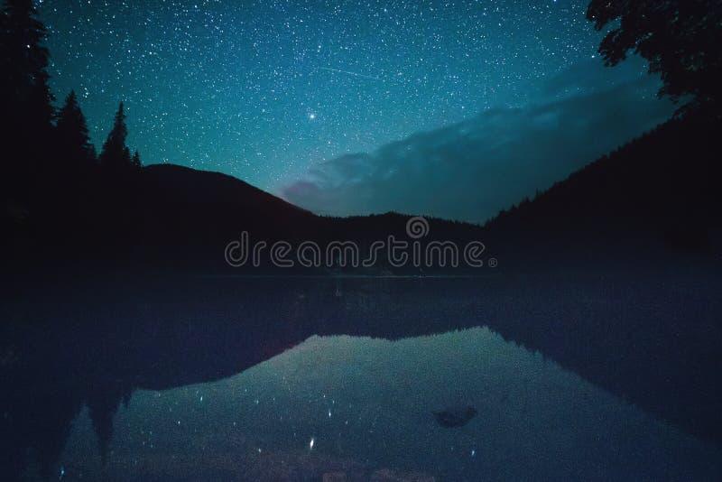 Lago mountain alla notte immagini stock