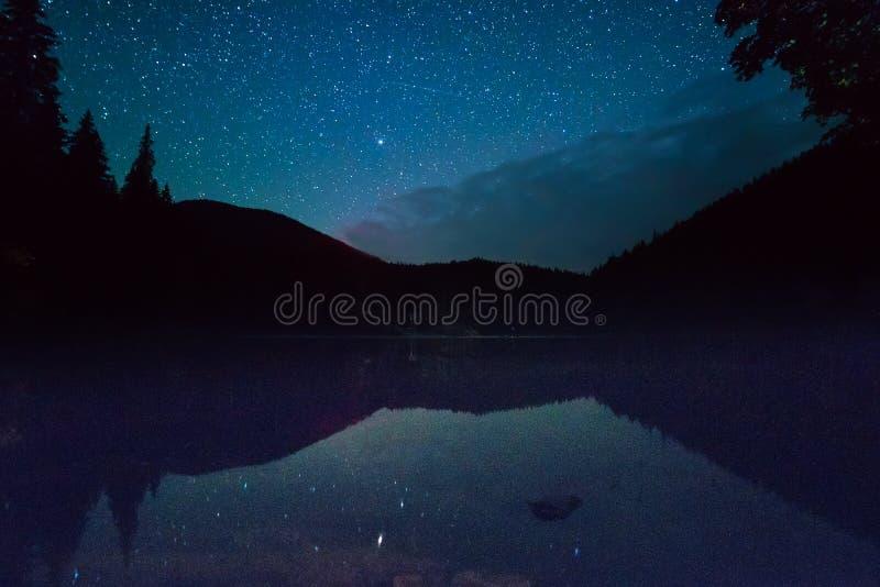 Lago mountain alla notte immagini stock libere da diritti