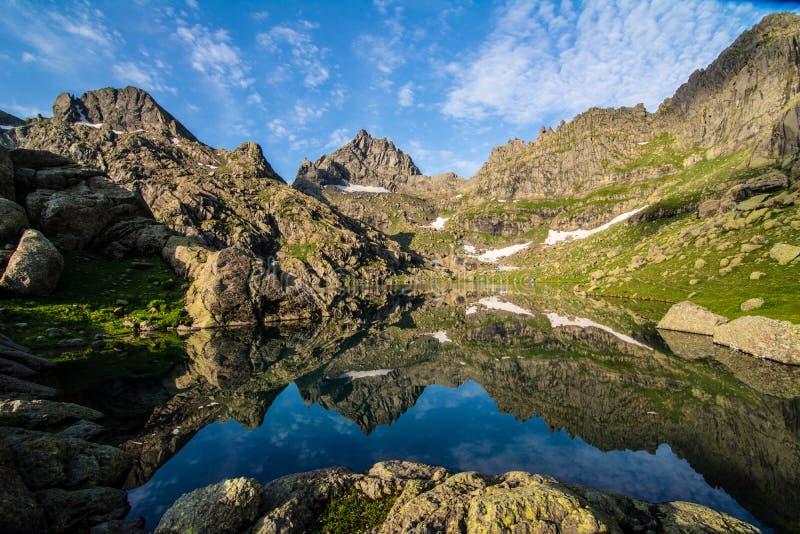 Lago mountain circondato dalle rocce immagini stock libere da diritti