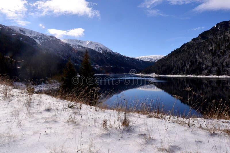 Lago mountain com agua potável imagens de stock