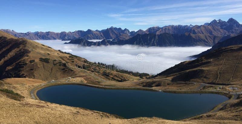 Lago mountain com montanhas e névoa no fundo imagem de stock