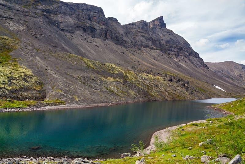 Lago mountain con agua clara Kola Peninsula, Khibiny fotos de archivo libres de regalías