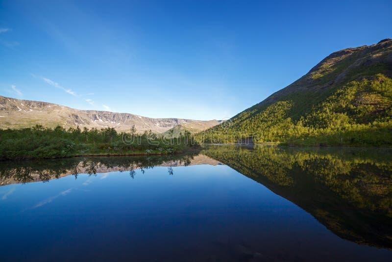 Lago mountain con agua clara Kola Peninsula, Khibiny imagen de archivo libre de regalías