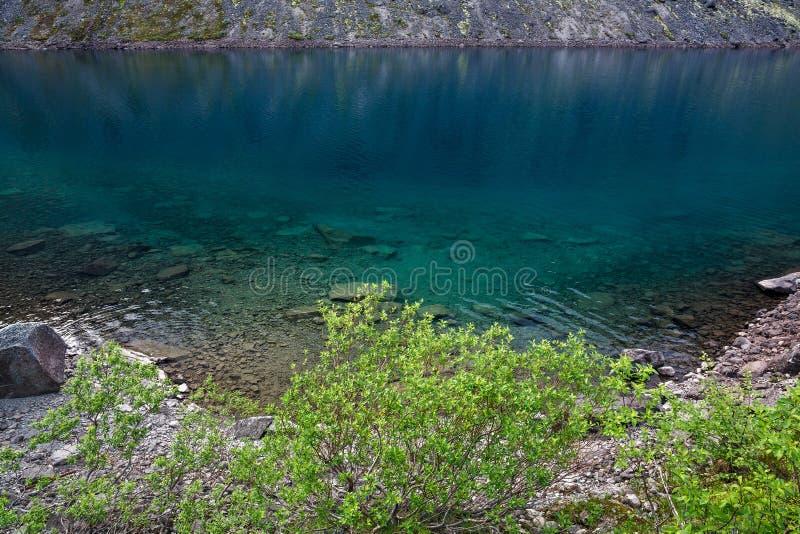 Lago mountain con agua clara Kola Peninsula, Khibiny fotos de archivo