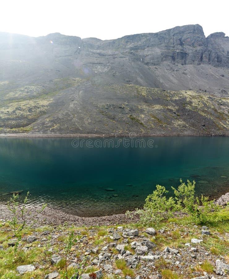 Lago mountain con agua clara Kola Peninsula, Khibiny foto de archivo libre de regalías