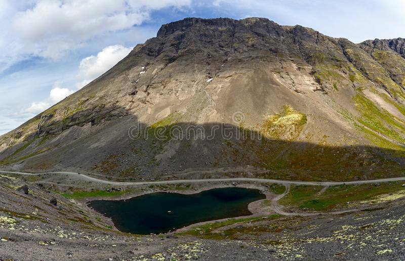 Lago mountain con agua clara Kola Peninsula, Khibiny imagenes de archivo