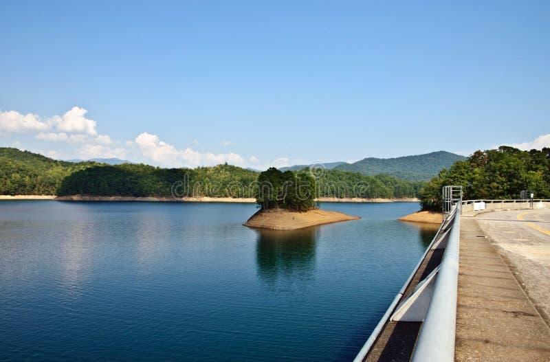 Lago mountain con i bassi livelli d'acqua fotografia stock libera da diritti