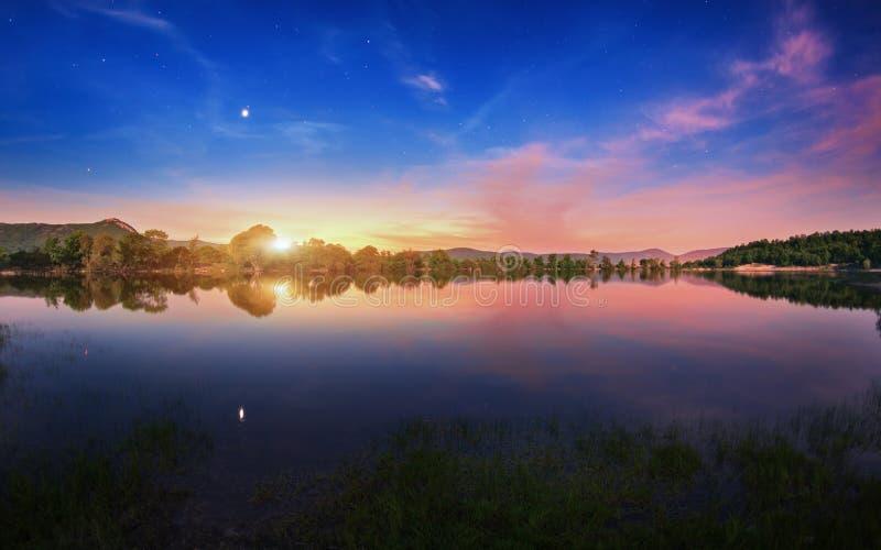 Lago mountain con sorgere della luna alla notte Paesaggio di notte fotografie stock libere da diritti