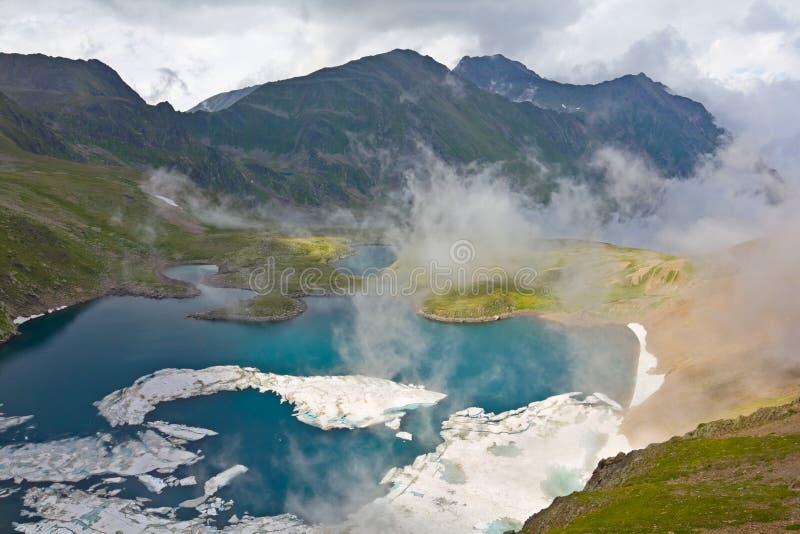 Lago mountain em uma névoa foto de stock