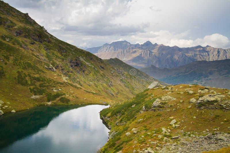 Lago mountain en Abjasia caucasus imagenes de archivo