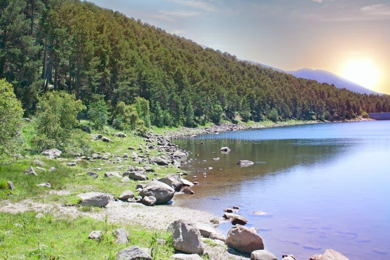 Lago mountain en el amanecer imagen de archivo