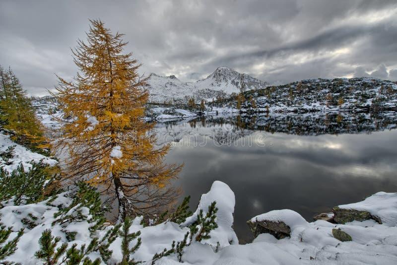Lago mountain en la oscuridad foto de archivo